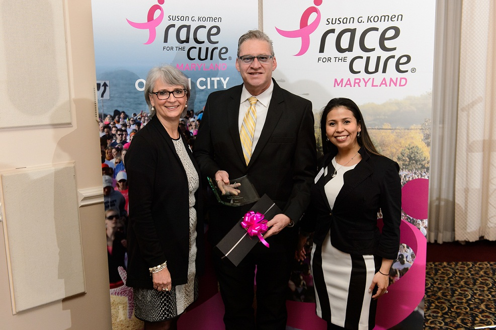 Robin Prothro, Komen Maryland's CEO; Erick Oribio, director de Latin Opinion, e Ingrid Brower, Komen's Community Health Manager