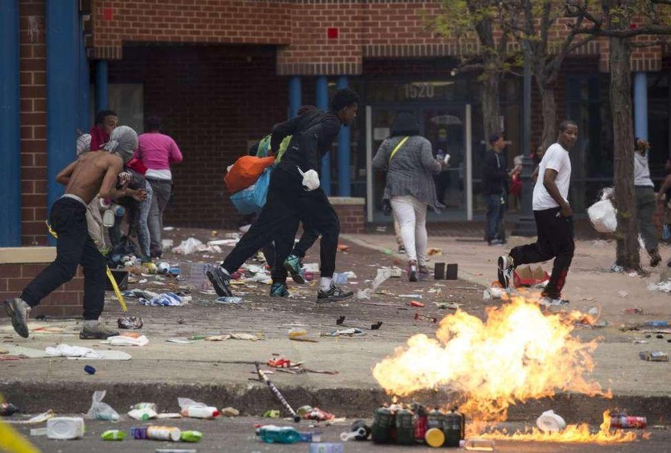 alborotadores-recorrieron-Baltimore-causando-destrozos_MILIMA20150427_0445_3