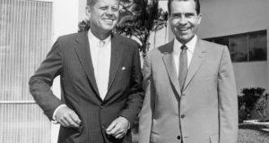 El entonces vicepresidente Richard M. Nixon (dcha.), aceptaría el resultado de la elección presidencial de John F. Kennedy en 1960. (© AP Images)