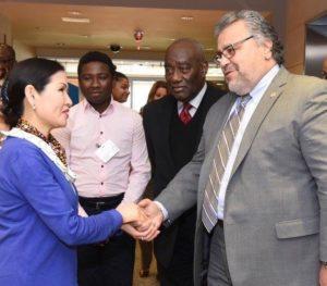 Yumi Hogan y Bill Villanueva de la Administracion de la Aviacion de Maryland.