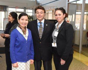 Yumi Hogan, Roger Campos y Marcie Castaneda de la Oficina del Secretario del Departamento de Vivienda de Maryland.