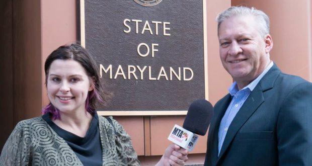 Johanna Campbell de la estación 93.5 FM del MTA y Erick Oribio de Latin Opinion.